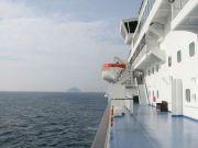 純白の船体に朝日を受けて