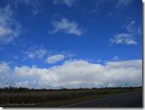 丘の向こうに低い虹が