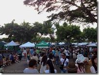 大勢の人で賑わう、KCC Farmers' Market 会場
